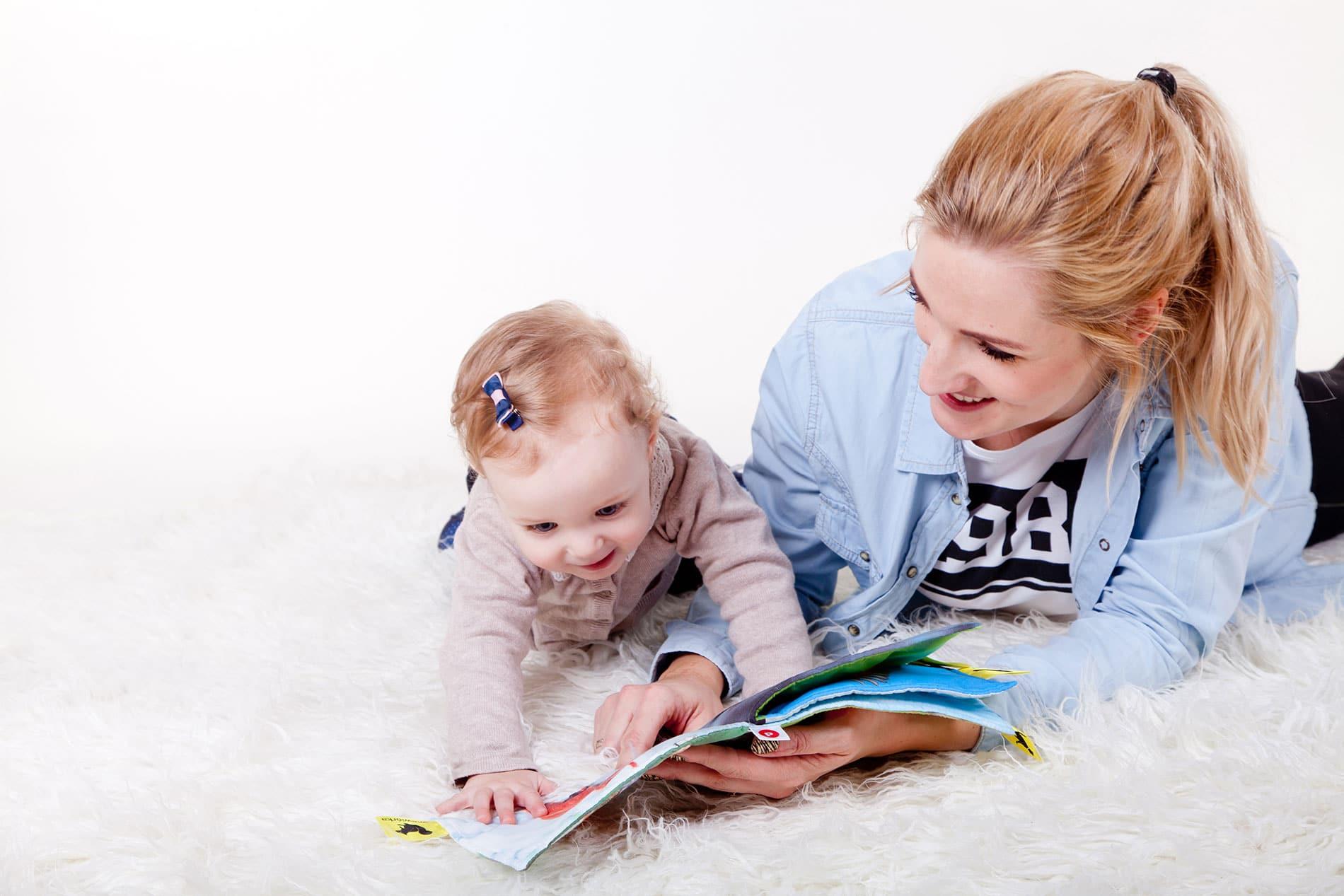 Tochter mit Mutter beim Lesen