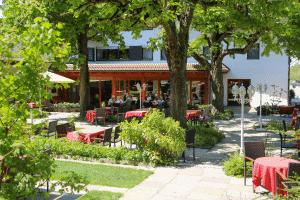 Terrasse mit Restaurant im Tagungshotel